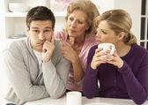 Interferring madre senior con coppia avendo argomento a casa — Foto Stock