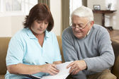 Senior Man In Discussion With Health Visitor At Home — Fotografia Stock