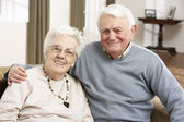Porträt von glücklich altes paar zu hause — Stockfoto