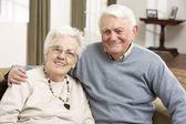 Portret szczęśliwy pary starszych w domu — Zdjęcie stockowe