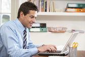 Dizüstü bilgisayar kullanarak evden çalışan adam — Stok fotoğraf