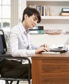 Femme travaillant de la maison à l'aide d'ordinateur portable — Photo