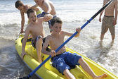 Teenage boys kayaking — Stock fotografie