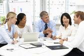 Réunion d'affaires dans un bureau — Photo