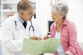 Arts met een vrouwelijke patiënt — Stockfoto