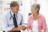 Läkare med kvinnlig patient — Stockfoto