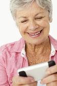 Starszy kobieta przy użyciu telefonu komórkowego — Zdjęcie stockowe
