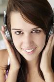 Adolescente con auriculares — Foto de Stock