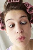 Nastoletnie dziewczyny z włosami w papilotach, wyciągając twarz — Zdjęcie stockowe