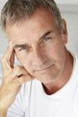 Mediados de edad hombre cabeza y los hombros — Foto de Stock