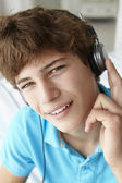 Tiener hoofdtelefoon dragen — Stockfoto