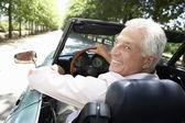 Starší muž v autě sportovní — Stock fotografie