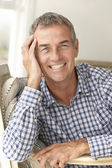 Mediados de edad hombre en casa — Foto de Stock