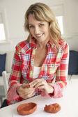 Meados de idade mulher argila de modelagem — Foto Stock