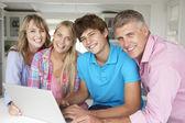 Familie met behulp van laptop — Stockfoto