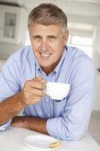 Milieu âge homme avec café à la maison — Photo
