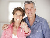 Senior couple moving into new home — Stock Photo