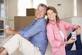 Couple de personnes âgées dans la nouvelle maison — Photo