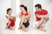 Madre, padre e hija haciendo yoga — Foto de Stock