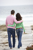 Paar zu Fuß am Meer — Stockfoto