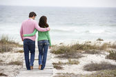 Couple walking by the sea — Stock Photo