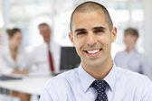 Mladý podnikatelαστείο αηδιασμένος άνθρωπος σε γυαλιά πορτρέτο — Stock fotografie