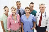 Grupo misto de profissionais médicos — Foto Stock