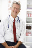 Senior doctor in consulting room — Foto Stock