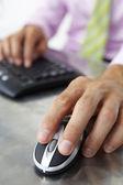 Klavye ve fare kullanarak adam kapatın — Stok fotoğraf