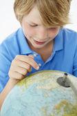 Mladý chlapec s zeměkoule — Stock fotografie