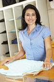 Hispanic woman working in fashion store — Stock Photo