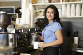 Woman working in coffee shop — Stockfoto