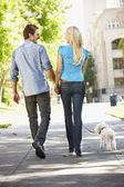 şehirdeki sokak köpeği ile yürüme çift — Stok fotoğraf