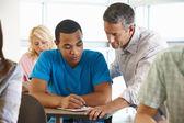 Tutor aiutare studenti in classe — Foto Stock