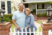 Senior Hispanic couple outside home — Stock Photo