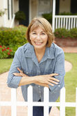 Senior Hispanic woman outside home — Stock Photo