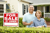 Senior Hispanic couple selling house — Stock Photo