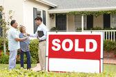 Senior Hispanic couple buying new home — Stock Photo