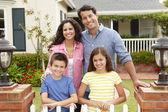 Familia hispana fuera de casa — Foto de Stock
