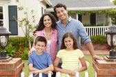 ισπανόφωνος οικογένεια έξω από το σπίτι — Φωτογραφία Αρχείου