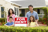 Hispanic family outside home for rent — Stock Photo