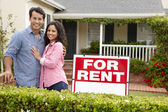 Hispanic couple outside home for rent — Stock Photo