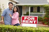 Hispanic couple outside home for rent — Stock Photo