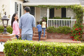 Hispanic family outside home for rent — Stock Photo