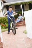 Garçon et grand-père à la maison avec vélo — Photo