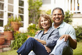 Senior couple relaxing in garden — Foto Stock