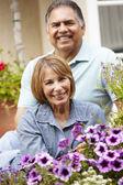 Couple de personnes âgées détente dans le jardin — Photo