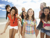 Teenage girls walking on beach — Stock Photo