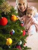 Mother and daughter with Christmas tree — Stockfoto
