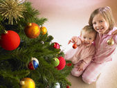 Children with Christmas tree — Stockfoto